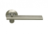 Ручка дверная на круглой розетке фалевая Archie Sillur 133, Хром матовый/Хром